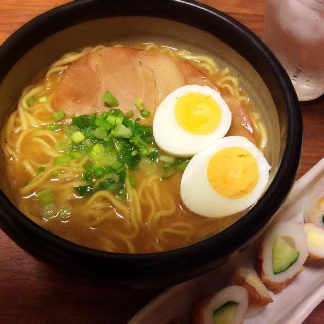今日の夕飯(≧∇≦) ランチがマックだったので、帰り道かなりお腹減ってしまい…( ̄◇ ̄;)  カップラーメンが食べたかったけど、カット済みのチャーシューだけ買って、ゆで卵とキッチン菜園の玉ねぎのなんちゃってネギをトッピング〜 - 46件のもぐもぐ - ラ王袋麺で味噌ラーメン、ちくわチーズ&きゅうり 2015.3.30 by kirahime