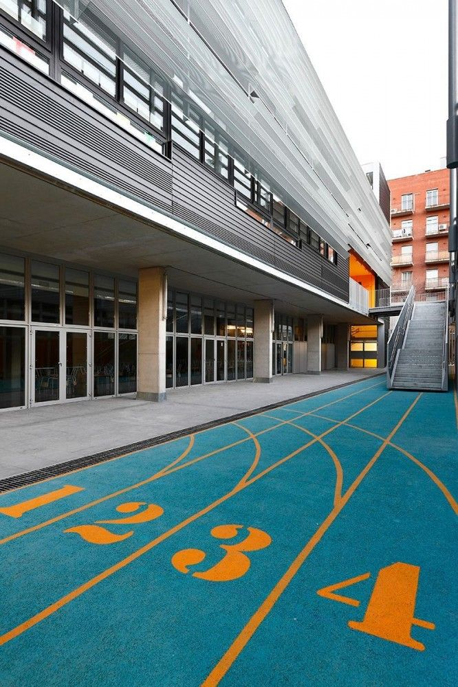 Sant Martí Primary and Infant School in Barcelona, designed by SUMO Arquitectes + Yolanda Olmo. Surface - playful turf.