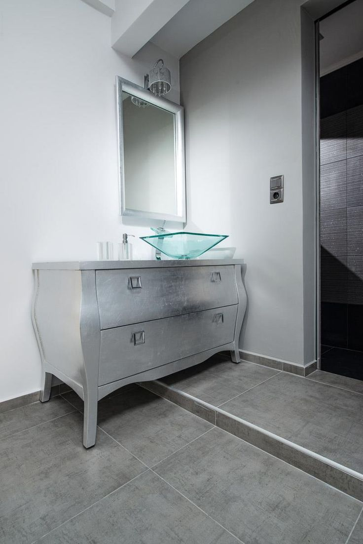 Κλασικό έπιπλο μπάνιου επενδυμένο με φύλλα ασημιού.