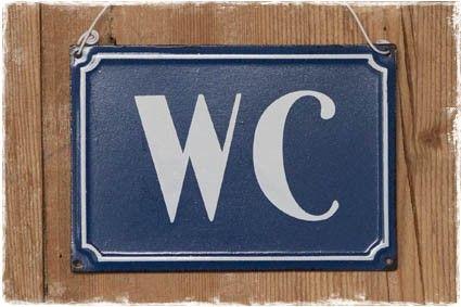 Brocante tekstbordje 'wc' in blauw witte uitvoering.  #tekstbordje #wc #toilet #badkamer @janenjuup
