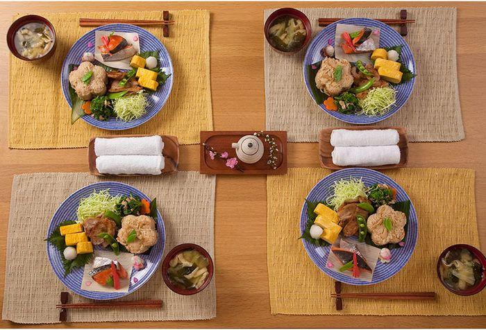 和食のワンプレートにおすすめなのは、アラビアの「24h AVEC(アベック)」。映画「かもめ食堂」でおにぎりをのせたシーンが有名なお皿です。