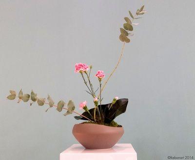 composition florale ikebana oeillets roses fleuriste. Black Bedroom Furniture Sets. Home Design Ideas