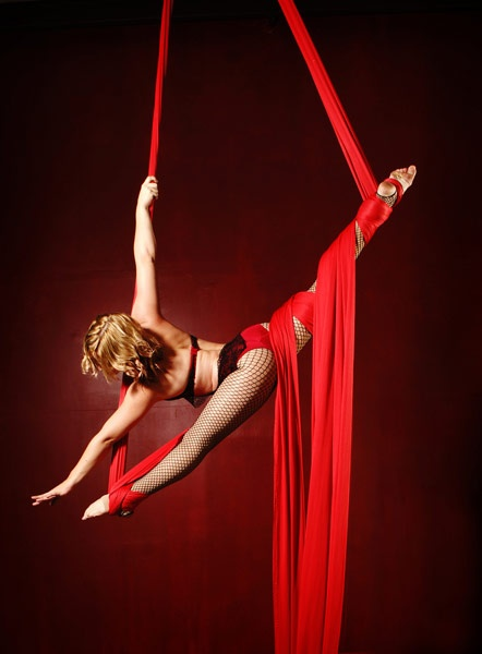 Love the angle of the splits and the fall of the silks
