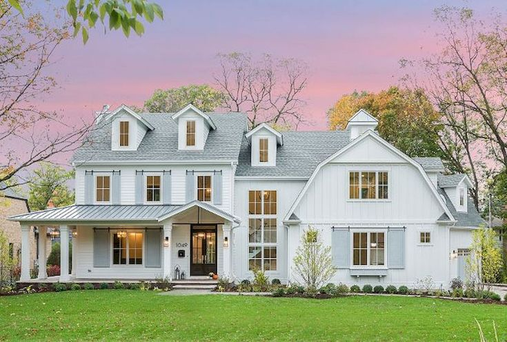 Adorable 60 Rustic Farmhouse Exterior Decor Ideas https://roomadness.com/2018/01/30/60-rustic-farmhouse-exterior-decor-ideas/