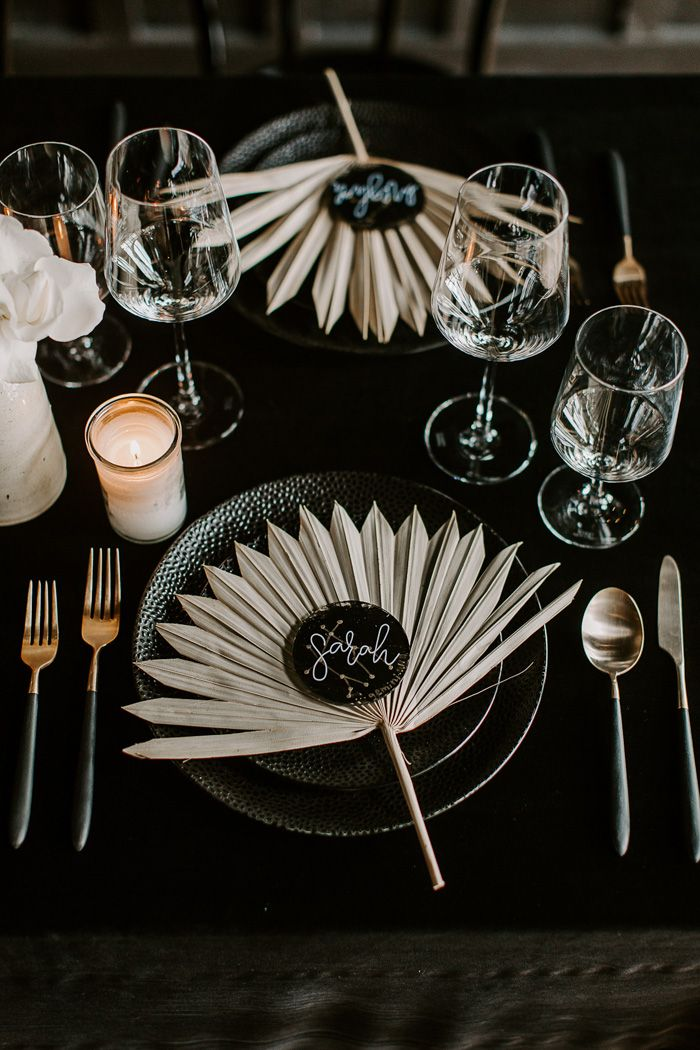 Einfaches Gedeck für Hochzeitsempfänge mit klaren Glasplatten, goldenen Akzenten, …   – Centerpieces & Table Decor