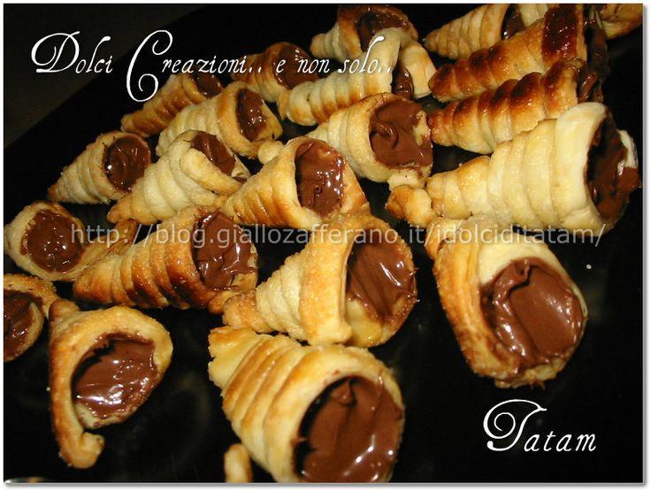 Con pochi ingredienti otterremo dei pasticcini davvero irresistibili: i Mini cornetti di pasta sfoglia alla nutella semplici da fare, fragranti e golosi.