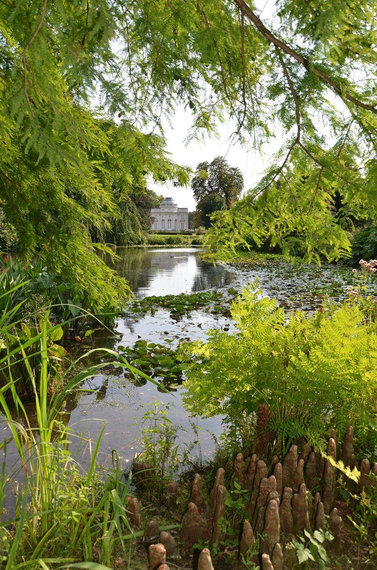 Jardins de Bagatelle Bois de Boulogne 75016 Paris. Le château depuis la pièce d'eau des nymphéas