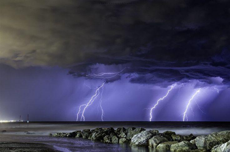 Nuvole, fulmini e trombe d'aria: le foto mozzafiato del cacciatore di tempeste
