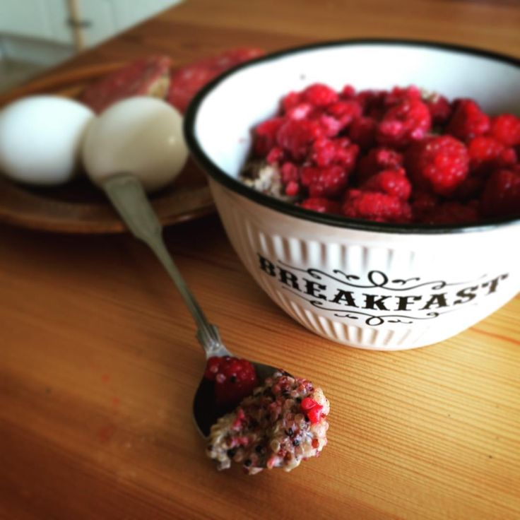 Breakfast time with vanillaquinoa and handpicked raspberries and honney. Yummy!  Recipe 1 dl quinoa 2.5 dl milk of your choice. 0.5 tsp vanilla A pinch of salt  First boil the quinoa in water then pour of the water and ad the milk, vanilla and salt. Let it simmer on low heat til it got a porridge texture. Serve with berries an honney if you like.