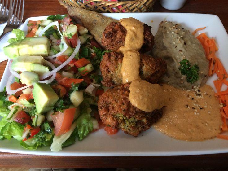 Falafel al plato, pate de aceitunas y de pimentones asados💚 vegan en El Huerto!