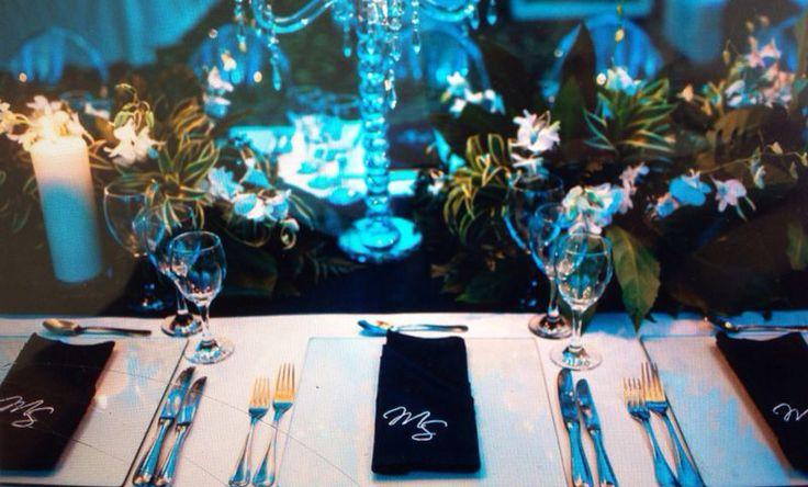 Detalles personalizados en las mesas.