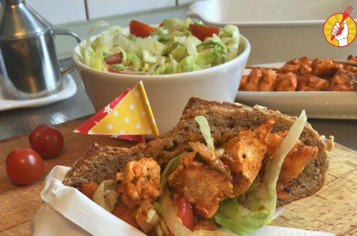 El Sate Ayam es una receta de origen indonesio. Es una brochette de pollo condimentado que se hace a la plancha, a la parrilla o al horno. Es muy fácil de hacer y amplía nuestro repertorio de comidas del mundo. Son pocos ingredientes y te aseguramos que va perfecto para ese agasajo que tenés planeado. Puede ser almuerzo o cena, en sandwich o con guarnición de ensalada, arroz o fideos. Es super versátil.