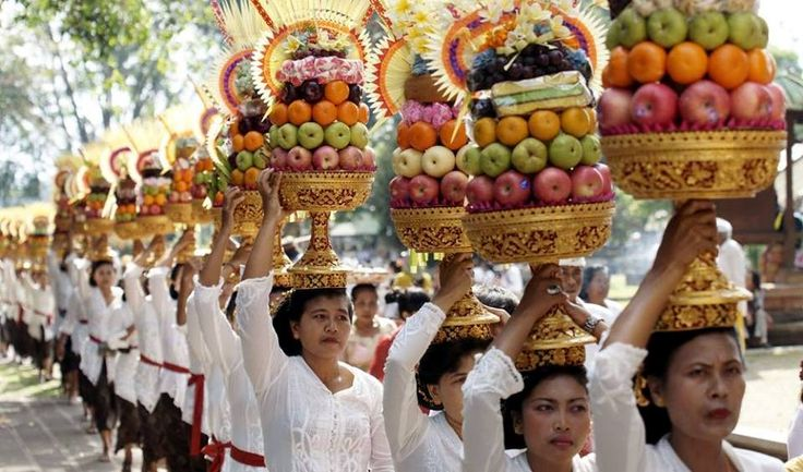 Next week we will live in Bali one of the most important religious ceremonies of the Hindu calendar, GALUNGAN festival, which celebrates the time when ancestral spirits visits their former homes and ends, ten days later, with the party KUNINGAN, when the spirits leave the earth again.