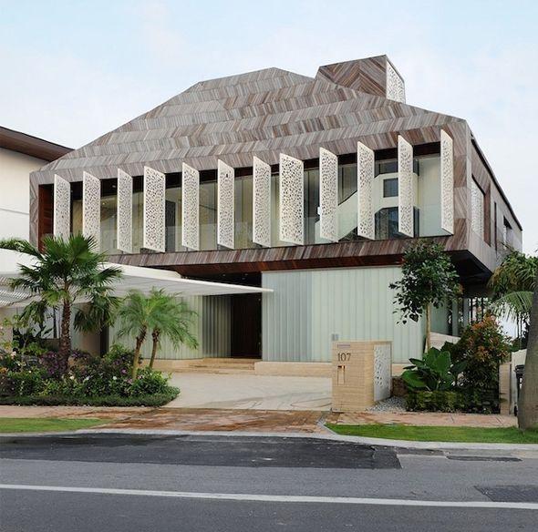 Sublime résidence sur l'île de Sentosa, Singapour  Cette très belle villa a été conçue en étroite relation avec l'environnement, le paysage et la vue sur l'océan, d'où une combinaison spectaculaire de surplomb. Les architectes de Pencil Office signe ici une maison originale avec un revêtement en bois, un toit angulaire abritant un patio, des volets métalliques rétractables sur tout un pan et un intérieur spacieux et lumineux, ouvert sur l'extérieur par de larges terrasses.