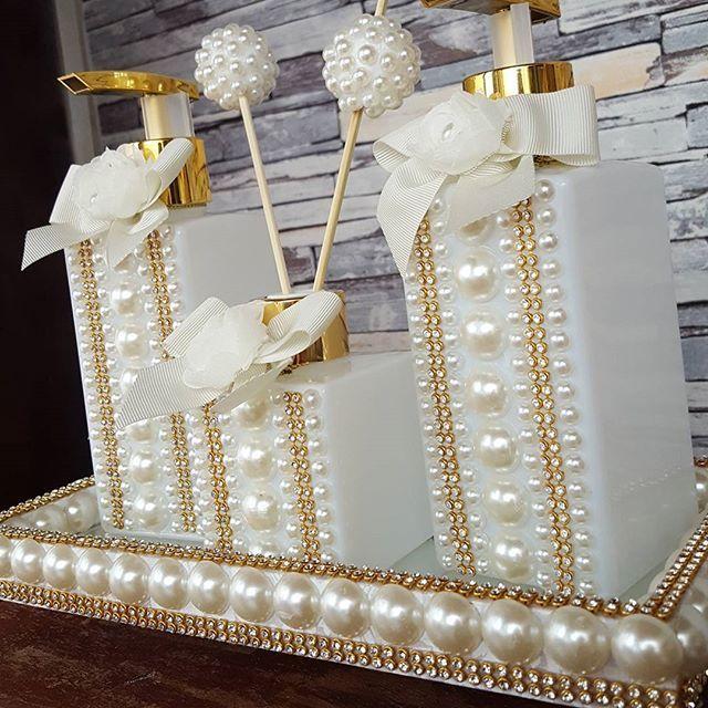 APAIXONADA!!! Não tem como não Amar esse kit!! A @oficialkellykey amou o dela!!! Vidros exclusivos brancos personalizados em pérolas com Strass Detalhes no laço com flor em tecido A bandeja também com detalhes em pérolas e Strass Disponível no site por 198,00 COMPRAS PELO SITE WWW.FEITAMAO.COM.BR