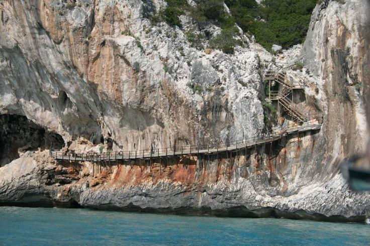 via mare per le Grotte del Bue Marino   Foto: http://pecora-nera.eu/