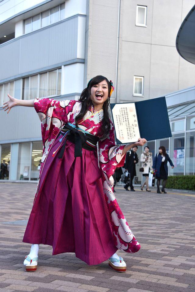 卒業の喜びを全身で表現する有安杏果。