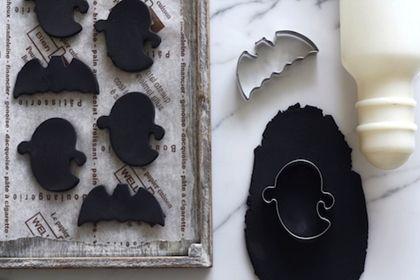 材料は100円ショップで購入できるハロウィンのクッキー型と黒い紙粘土だけ。 粘度を型で抜いて乾かすだけでできあがりのびっくりするほどのお手軽さです。 安くて簡単、そして大人っぽいハロウィンオーナメント。 あなたも、手づくりしてみませんか?材料は、クッキー型と黒い紙粘土。 クッキー型はナチュラルキッチン、黒い紙粘土はダイソーで買いました。 作り方は簡単。 紙粘土を伸ばしてクッキー型で抜き取るだけ! 今回はコウモリとオバケのクッキー型を使ってみました。  nenoki_11_10_04