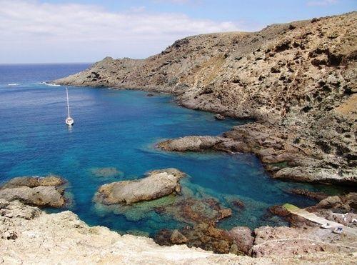 """Ilhas Selvagens  Las Islas Selvagens (en portugués """"Ilhas Selvagens"""") son un archipiélago formado por tres islas principales y varios islotes, situado en el Atlántico septentrional, entre las islas Madeira (de las que distan 280 kilómetros) y las islas Canarias (a 165 kilómetros), justo en el extremo norte de la plataforma submarina de las Islas Canarias.  Leer más: http://www.navegar-es-preciso.com/news/ilhas-selvagens/"""