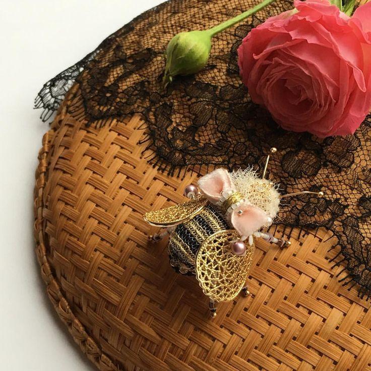 Самая-самая-самая Я без ума от неё! ❤️❤️❤️ #olyonushka #вышитаяброшь #сваровски #брошь  #украшение #стиль #fashion #jewelry #handmade #follow #beads #embroidery #мастеркрафт #ручнаявышивка #ручнаяработа #brooch #ярмаркамастеров #livemaster #жук #bug #муха #мотыль  #mysolutionforlife #greenbirdme #король #монарх #корона #бабочка #пчела #шмель