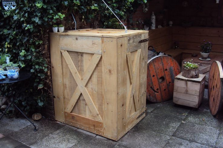 Waste container cabinet / pallethout .