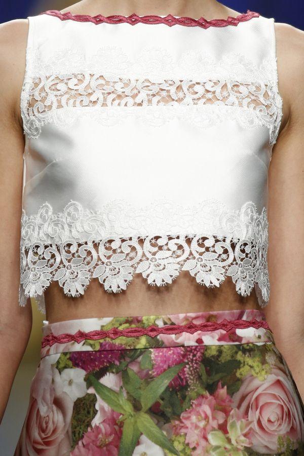 Foto 1528 de 18245 Cropped top con detalles en puntillas combinado con alegre falda estampada en el desfile de Ana | HISPABODAS