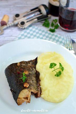 Peşte la cuptor cu vin roşu şi usturoi