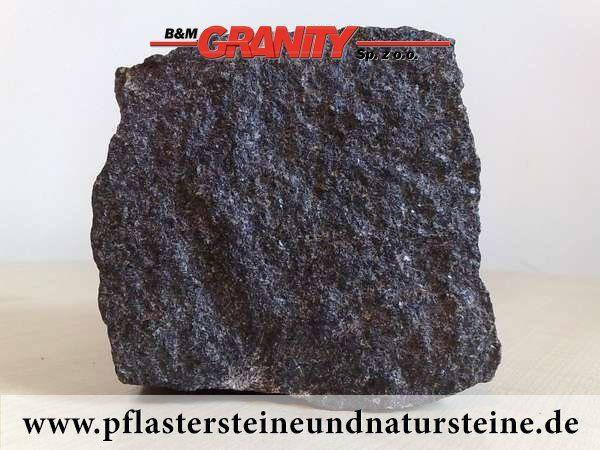 """Granit-Pflastersteine schwarz (""""Schwede"""" – ein importiertes, skandinavisches Material), alle Seiten gespalten."""