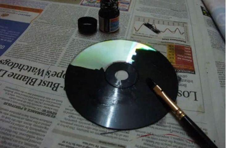 Plutôt que de jeter ses vieux CDs, il les peint totalement en noir. Et qu'est-ce qu'il en fait ? Quelque chose de très COOL !
