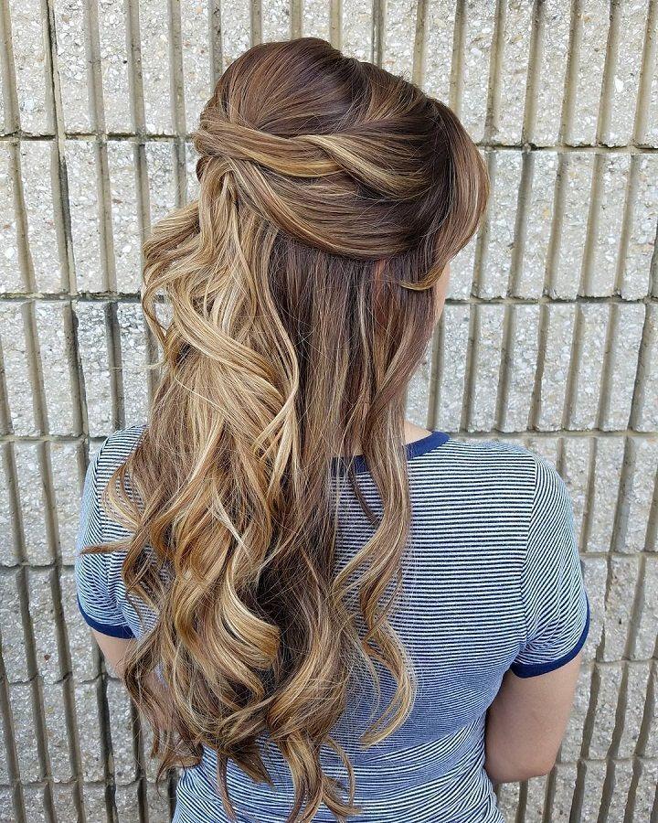 25 + › 32 Hübsche Frisuren für eine halbe Frisur – teilweise Hochsteckfrisur