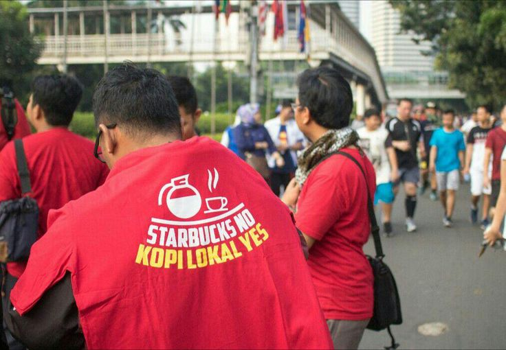 Aksi Boikot Starbucks yang Dukung LGBT Warnai Arena CFD  KIBLAT.NET Jakarta  Aksi seruan boikot Starbucks mewarnai arena Car Free Day (CFD) Jakarta Ahad (23/07). Aksi penolakan dipicu oleh dukungan bos gerai kopi asal Amerika itu terhadap Lesbian Gay Biseksual dan Transgender (LGBT).  Puluhan massa bergabung dalam aksi boikot Starbucks di arena Car Free Day di jalan Jenderal Sudirman Jakarta pada Ahad (23/07). Dukungan bos perusahaan gerai kopi yang bermarkas di Seattle Washington itu…