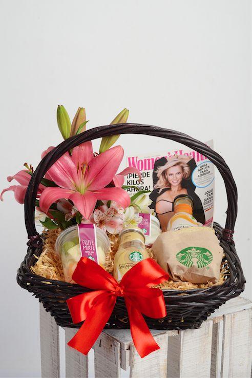 - Canasta con desayuno de Starbucks que incluye yoghurt natural, fruta, jugo de naranja, frapuccino, y sandwich de pavo y queso panela - Bouquet de Lilis y Alstromerias - Revista Woman´s Health