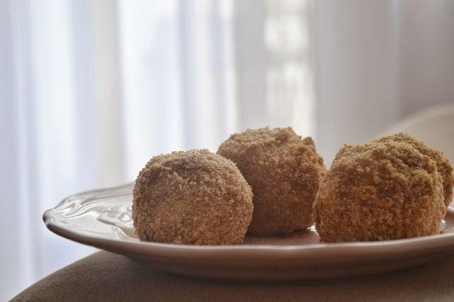 Knedle w skorupce - -125g twarogu  -30g kaszy manny  -20g mąki pełnoziarnistej  -żółtko   -szczypta soli  -pół łyżeczki cukru (u mnie trzcinowy) -3 średnie truskawki   -10g masła  -25-30g bułki tartej (u mnie orkiszowa) -coś do posłodzenia (opcjonalnie)