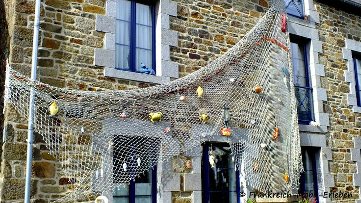 """Saint-Suliac Das verträumte Fischerdorf      Wie so viele Perlen, so liegt auch Saint-Suliac abseits der großen Orte, die fast jeder Bretagneurlauber kennt. Saint-Malo und Dinard werden ständig und immer wieder heimgesucht, aber das nur 13 km entfernte verträumte Fischerdörfchen Saint-Suliac, kennen die wenigsten. Ein Ort, der zu Recht zu den """"Les Plus Beaux Villages de France"""" (Schönste Dörfer Frankreichs) gehört.  Mehr dazu auf unserer Webseite…"""