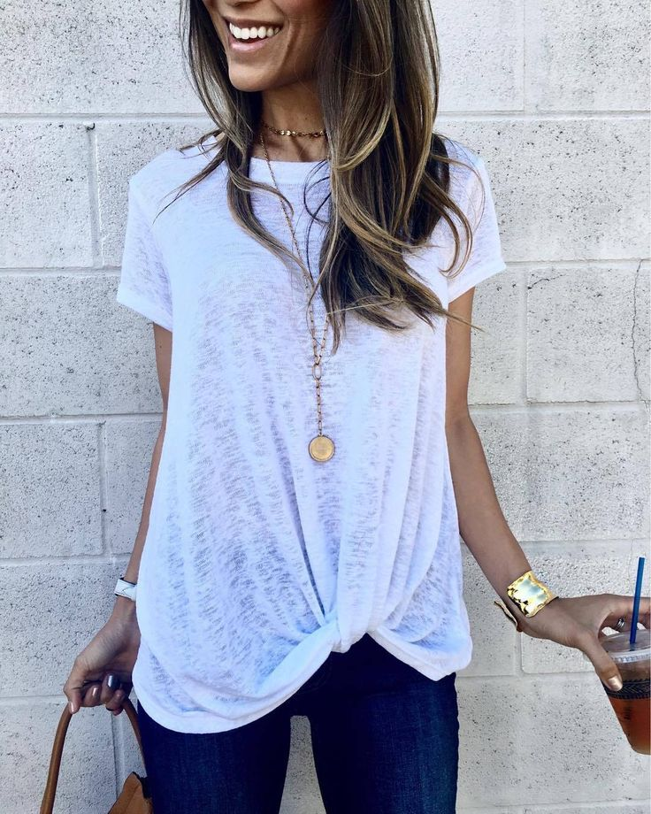 Casual style with simple, cute knot design. T-shirt outfit Love it at first sight! Casual style with simple, cute knot design. T-shirt outfit Suit Fashion, Look Fashion, Fashion Outfits, Womens Fashion, Feminine Fashion, Fashion Boots, Fashion Ideas, Office Fashion, Fashion 2017