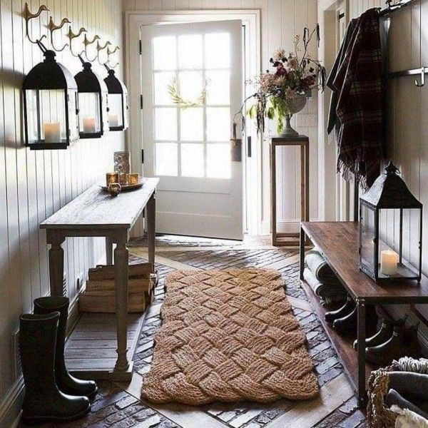 Check out this modern #farmhouse entryway decor idea with a woven rug. Love it! #HomeDecorIdeas @istandarddesign