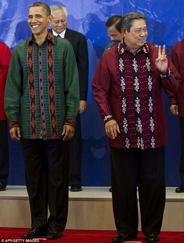 The USA president - mr. OBAMA proudly wearing traditional cloth from Indonesia....he was accompanied by Indonesia president.