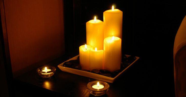 Como colar miçangas e coisas em uma vela. O tremeluzir da vela adiciona uma diferente atmosfera instantaneamente em um ambiente. As velas podem também adicionar um pouco de cor a uma mesa ou lareira. Você pode fazer em casa a sua vela decorativa, usando miçangas para transformar as velas comuns em extraordinárias. Adicione as miçangas em padrões randômicos para um objeto bem diferente e ...