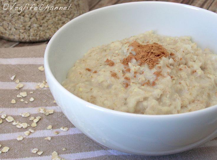 Porridge d'avena 50 gr di fiocchi d'avena 125 ml di acqua 125 ml di latte 1 pizzico di sale 1 cucchiaino miele 1 pizzico di cannella In un pentolino portiamo a bollore l'acqua con un pizzico di sale. Spegnamo e versiamo l'acqua bollente sopra ai fiocchi d'avena, mescoliamo brevemente e lasciamo idratare i fiocchi per 10 minuti. Andiamo ai fornelli e cuociamo i fiocchi per 3-5 minuti a fiamma medio-bassa, aggiungendo la dose di latte poco alla volta, mescolando.