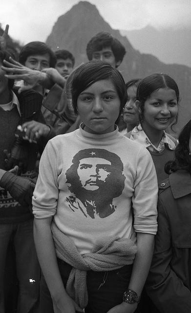 EV-37-003 Che op trui by IISG, via Flickr | Schoolmeisje met Che Guevara coltrui, Machu Picchu (Cuzco), Peru, 1974  Foto/photo: Ewald Vanvugt
