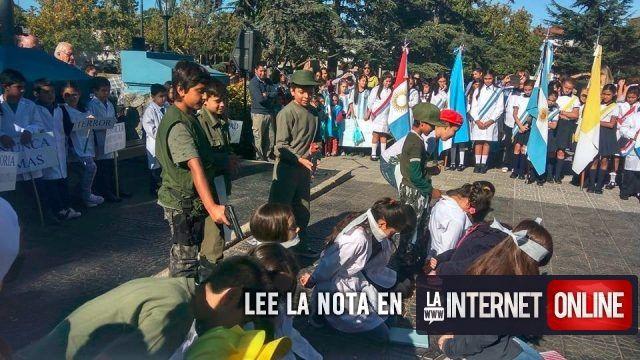 Las fotos de chicos arrodillados en el piso con los ojos vendados mientras otros vestidos como militares les apuntan a la cabeza con armas de juguete causó conmoción entre los asistentes y rápidamente se viralizó en redes sociales.