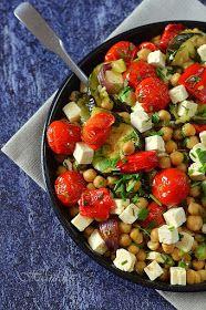 Hozzávalók 4-6 személyre: 2 közepes lila hagyma 1 kápia paprika 2 salátacukkini kb. 35 dkg koktélparadicsom 5 evőkanál olívaolaj ...