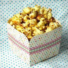Heerlijk, een bakje zoete popcorn! Een leuke traktatie maar natuurlijk ook gewoon een lekkere snack voor thuis voor de kinderen. Met dit recept makkelijk zelf gemaakt in een diepe pan met deksel! Ingrediënten 2 el zonnebloemolie 50 g gedroogde maïskorrels 25 g kristalsuiker Recept 1 Neem een diepe pan met deksel, bijvoorbeeld een oude wok. […]