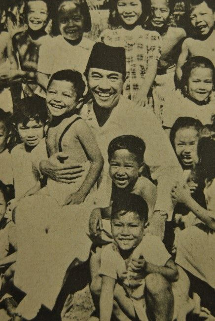 Sukarno with Children