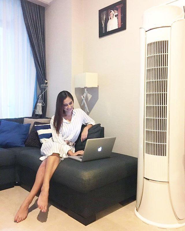 My lovely workspace ❤ lengkap dengan AC Gree yang bikin aku jadi relax & enjoy berlama-lama di sini buat ningkatin produktivitas kerjaku 😊  #180HariGantiBaru #PeloporACCanggih #GreeVaganza @greeindonesia