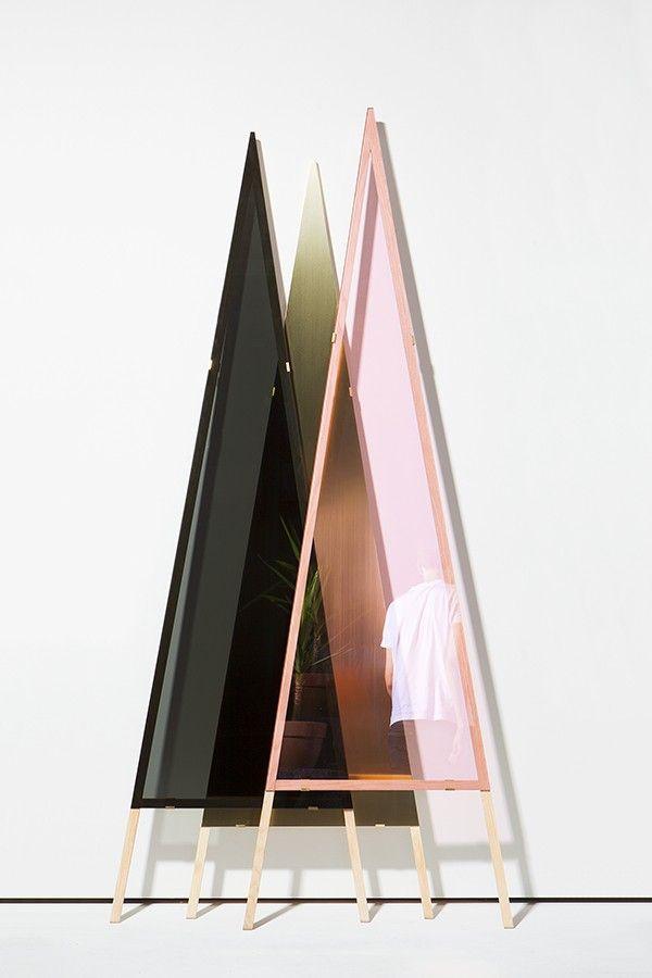 Le studio Klas & Schenk-Mischke est le résultat de la rencontre de deux designers, Matthias Klas et Philipp Schenk-Mischke, tous deux diplômés de l'Université des Sciences Appliquées de Darmstadt en 2014.  Je vous présente 1-2-3 Mirror, un miroir à la frontière entre objet design et oeuvre expérimentale. 1-2-3 Mirror se compose de trois triangles de matières différentes, que l'on pose simplement contre un mur, chaque couche dépendant de l'autre pour créer une réflexion.