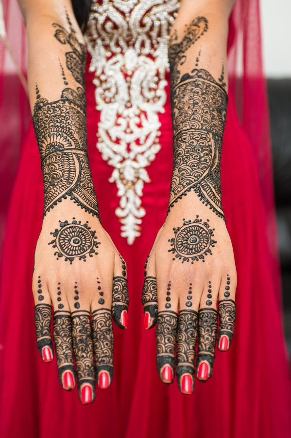 Mendhi is beautiful! This looks like a traditional Moroccan wedding design.