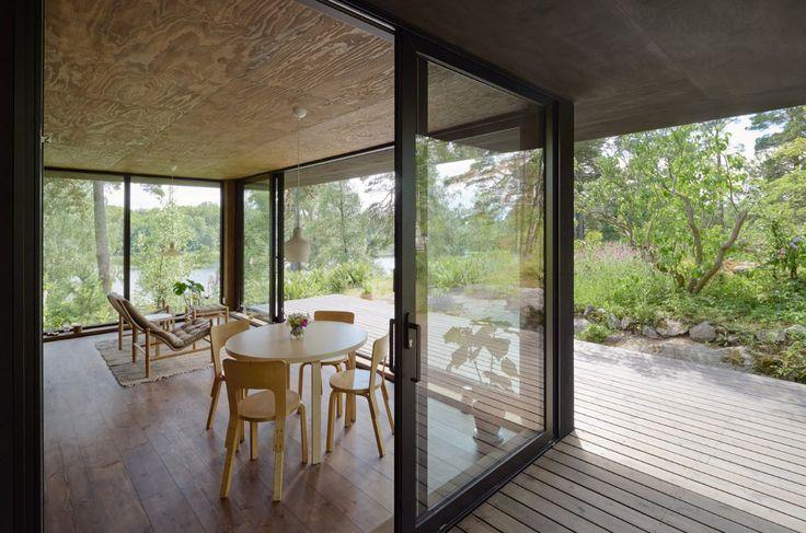 Grandes ventanas en sala comedor de casa pequeña