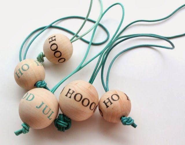 DIY interieurstyling: Houten kerstballen met tekst