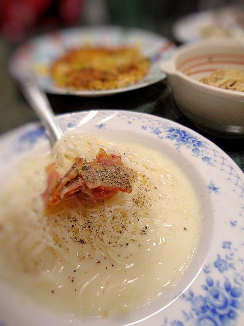 クリーミー☆豆乳チーズにゅうめん(素麺)  洋風のクリーミーなにゅうめん    (乳麺・煮麺)です。冷たいまま、冷やし素麺で食べても美味しいと思います  材料 (1人分) 素麺 1人前 豆乳 150cc ブリーチーズ(カマンベールチーズ) 30g 粉チーズ お好み 塩・粗挽きコショウ 少々 ベーコン(トッピング) 適宜 作り方 1 素麺は商品表示通りの方法で湯がき、冷水にとり締め、ザルに上げる2①に熱湯をかけて、温める3豆乳とチーズを耐熱容器に入れ、沸騰直前まで温め、かき混ぜチーズを溶かし塩・胡椒で調味する4③の皿に水気を切った素麺を入れ盛り付ける5 トッピングにカリカリに焼いたベーコンを乗せ、粉チーズを振って出来上がりです66月㉑日の夕飯日記は★雨なので家にあるものばかりの全⑦品(簡単料理ばかりですが、全レシピUPしています)コツ・ポイント 冷やし素麺で召し上がる場合は、一部の豆乳とチーズをレンチンしチーズを溶かしてから、冷たいままの豆乳をまぜ合わせ、流水で〆た素麺を加えるといいんじゃないかなと思います。トッピングはお好みでハムや蒸しどりなど。②と③は同時進行